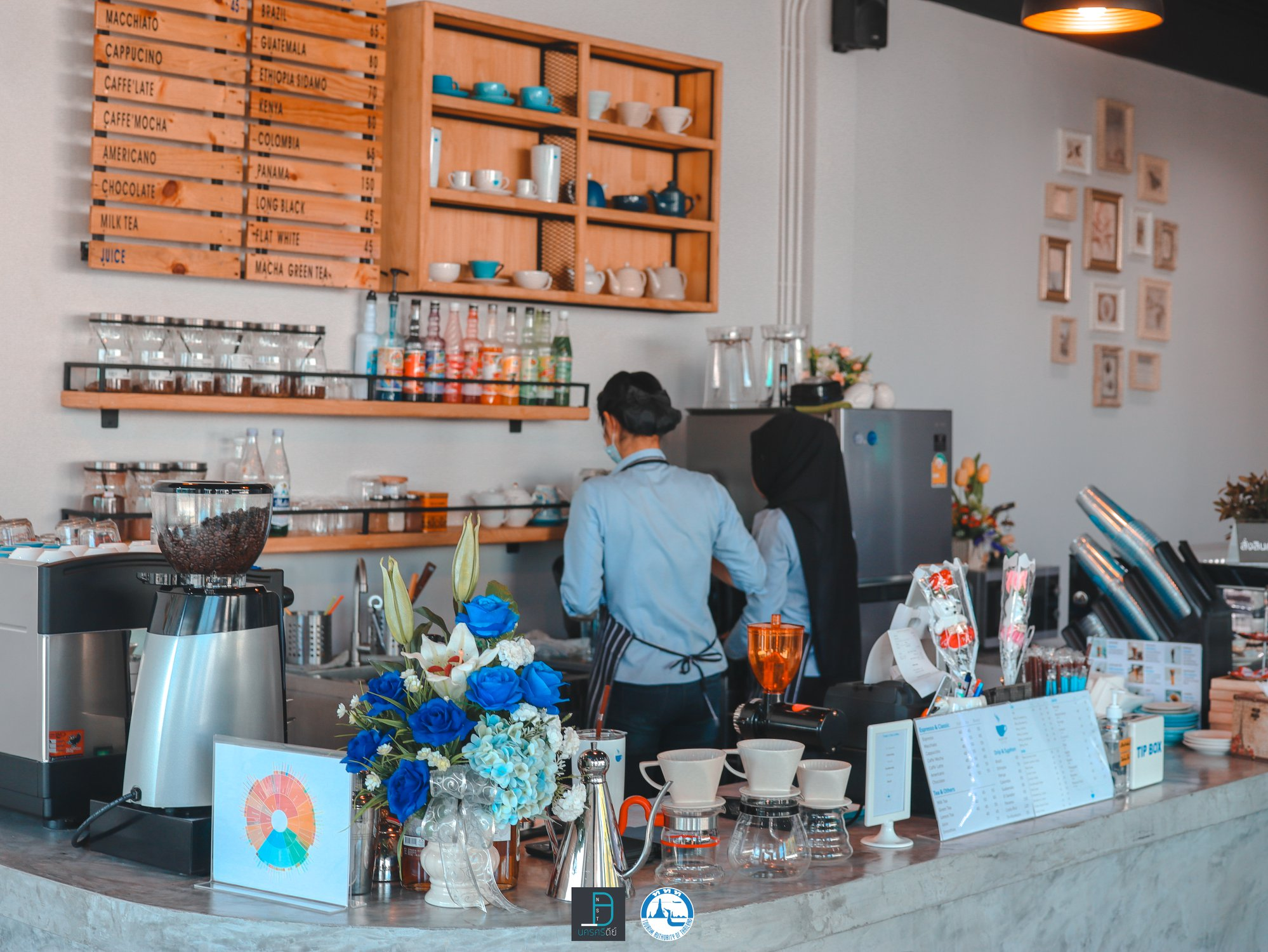 7. Blue Cup Coffee คาเฟ่โทนสีฟ้าปนขาว สไตล์มินิมอล บรรยากาศร้านสบายๆ เหมาะสำหรับนั่งชิว อ่านหนังสือนั่งเล่นได้ยาวๆกันเลยทีเดียวคาเฟ่,สตูล,เด็ด,จุดเช็คอิน,อร่อย,ร้านอาหาร,จุดถ่ายรูป,สถานที่ท่องเที่ยว