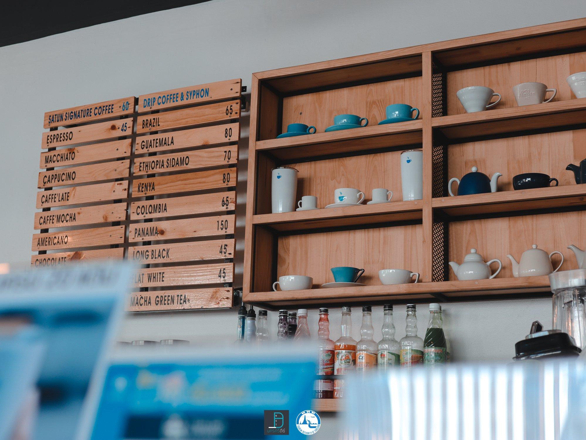 ร้านตกแต่งด้วย โทน Cup เก๋ๆ สไตล์ Blue & White คุมโทนสวยเลยแหละ ใครมาร้านนี้ก็ต้องใส่ชุดขาว หรือสีฟ้าจะสวยเลย (รึปล่าว แอดมั่วๆๆ) 5555คาเฟ่,สตูล,เด็ด,จุดเช็คอิน,อร่อย,ร้านอาหาร,จุดถ่ายรูป,สถานที่ท่องเที่ยว
