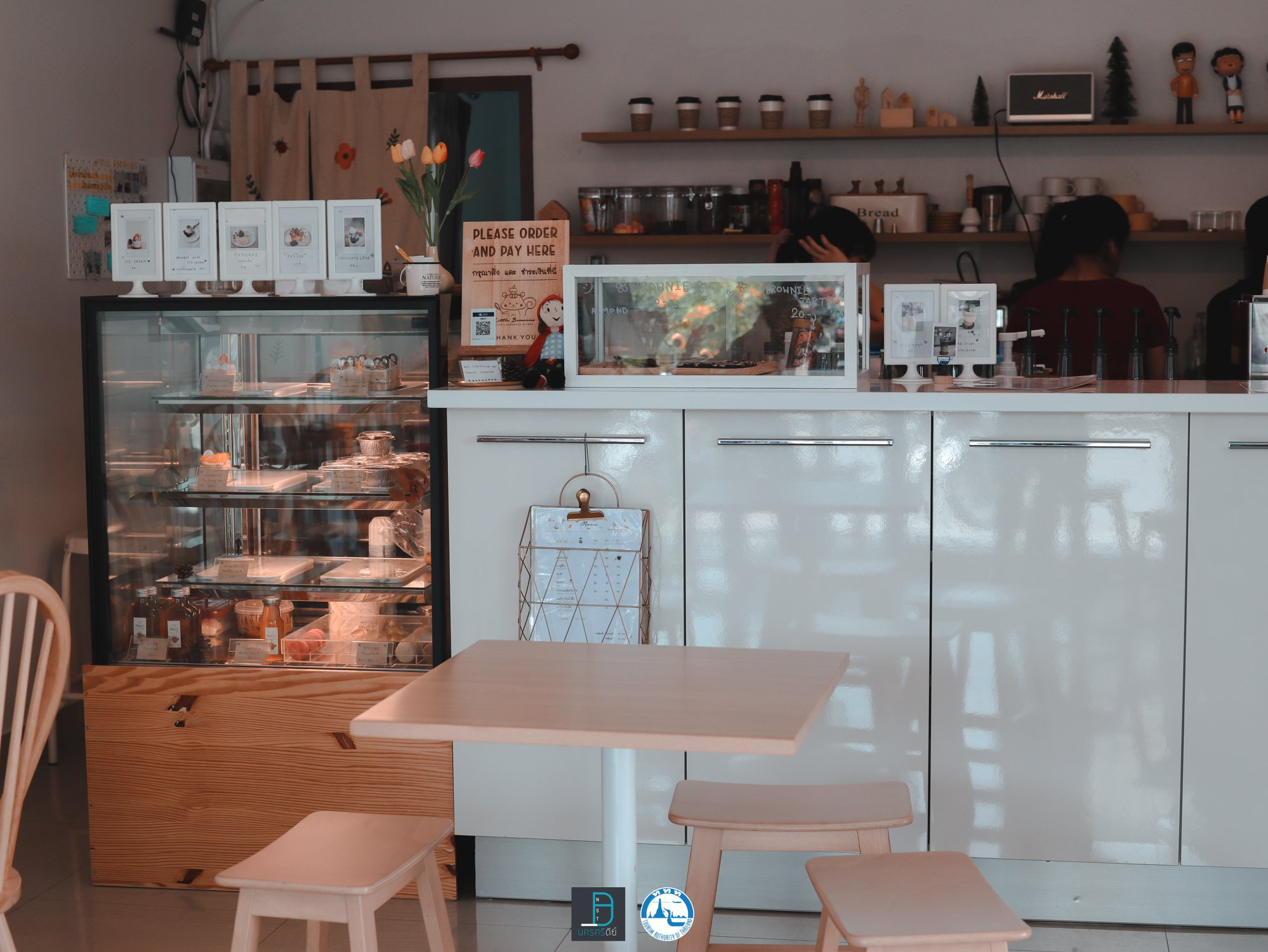1. Little Brownies เริ่มกันเลยกับร้านแรกของเรา เป็นคาเฟ่โทนสีขาวน่ารักๆ ชื่อร้าน ลิตเติ้ล บราวนี่ คือบราวนี่อร่อยมวากกกก เมนูน้ำก็เด็ด แอดชิมโกโก้มัจฉะ คือเอาไปเลย 10/10 ทั้งเบเกอรี่และเครื่องดื่มครับ ร้านบรรยากาศดีนั่งสบายเน้ออ สงบ มีน้องๆมานั่งอ่านหนังสือติวกันเยอะครับคาเฟ่,สตูล,เด็ด,จุดเช็คอิน,อร่อย,ร้านอาหาร,จุดถ่ายรูป,สถานที่ท่องเที่ยว