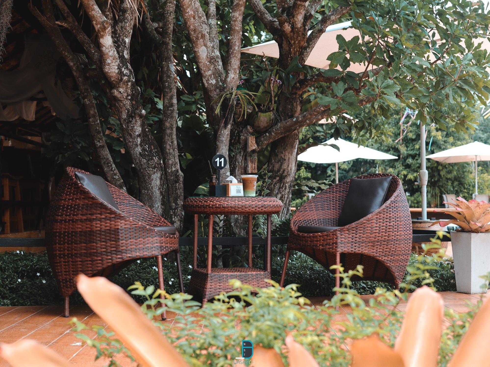 โต๊ะนั่งชิว-ท่ามกลางธรรมชาติใต้ต้นไม้ใหญ่ ร้านอาหาร,ลานสกา,ขุนเล,คอฟฟี่,ร้านกาแฟ,คาเฟ่,นครศรีธรรมราช