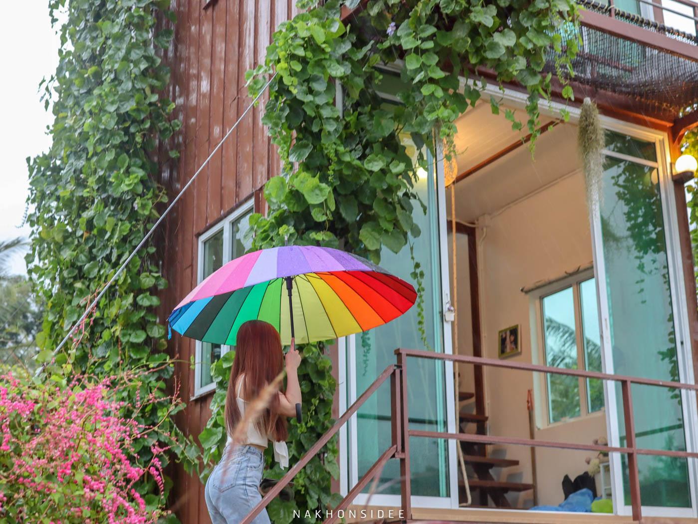 ฝนตกก็มีร่มน่ารักๆให้นะ เป็นพร็อพถ่ายรูปได้อีกที่พัก,ลานสกา,นครศรีธรรมราช,โรงแรม,รีสอร์ท,ริมลำธาร,หมูกะทะ