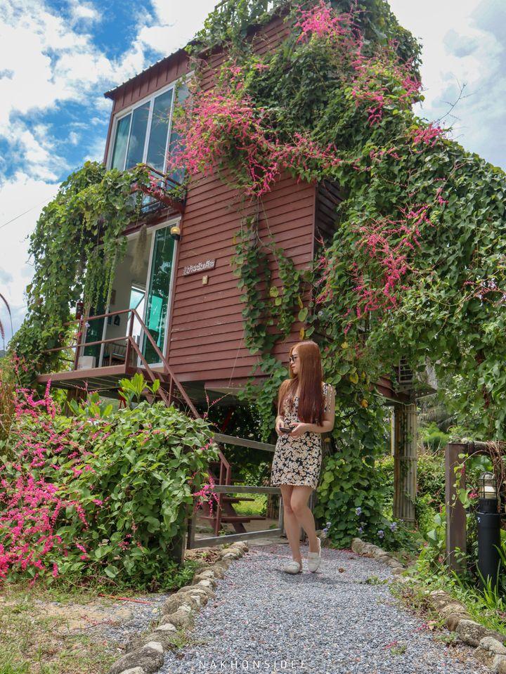 สไตล์หน้าบ้านเก๋ๆ จะมีต้นไม้เลื้อยแบบมีสไตล์พร้อมด้วยดอกไม้สีชมพูเป็น Signature ของทางโรงแรมครับที่พัก,ลานสกา,นครศรีธรรมราช,โรงแรม,รีสอร์ท,ริมลำธาร,หมูกะทะ