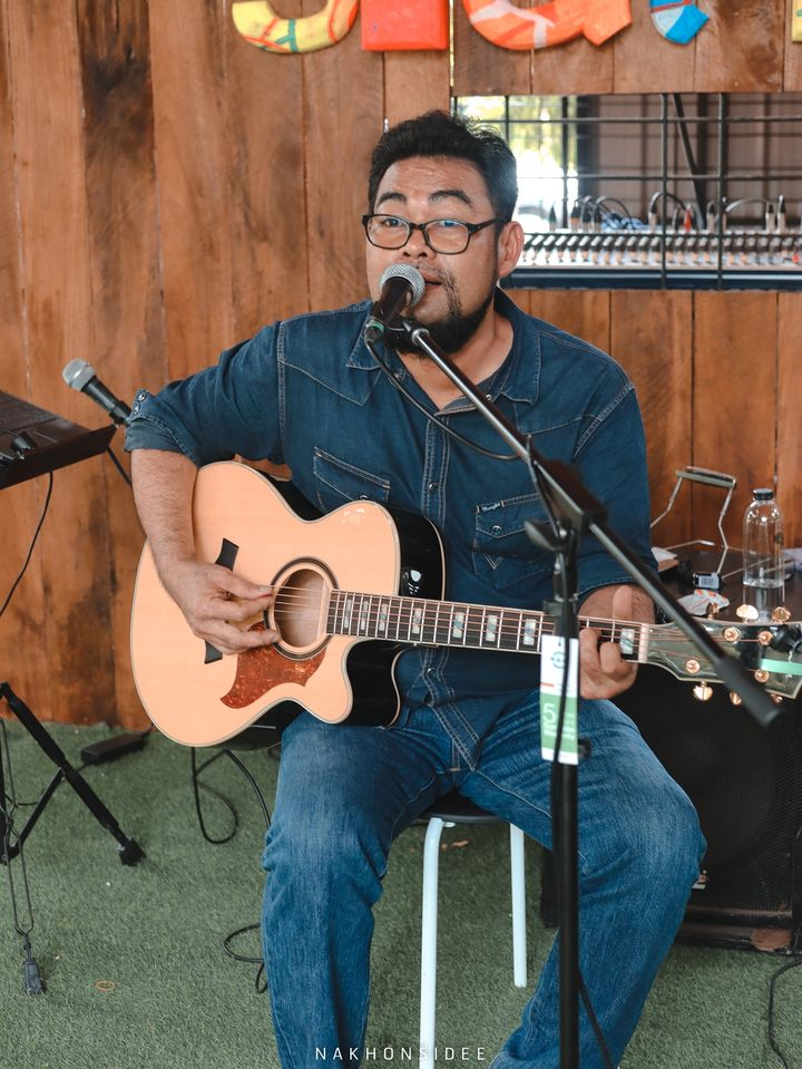 มีนักดนตรีเล่นเพลงเพราะๆให้ฟังตลอดครับ  treestation,ร้านอาหาร,คาเฟ่,กลางป่า,อร่อย,ของกิน,นครศรีธรรมราช