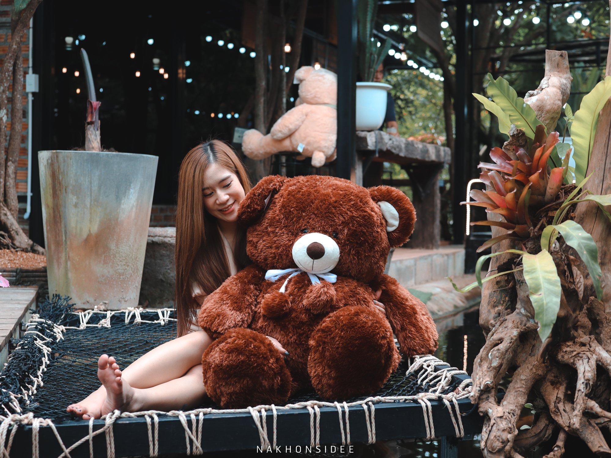 นั่งถ่ายรูปกับน๊อนหมีกันน  treestation,ร้านอาหาร,คาเฟ่,กลางป่า,อร่อย,ของกิน,นครศรีธรรมราช