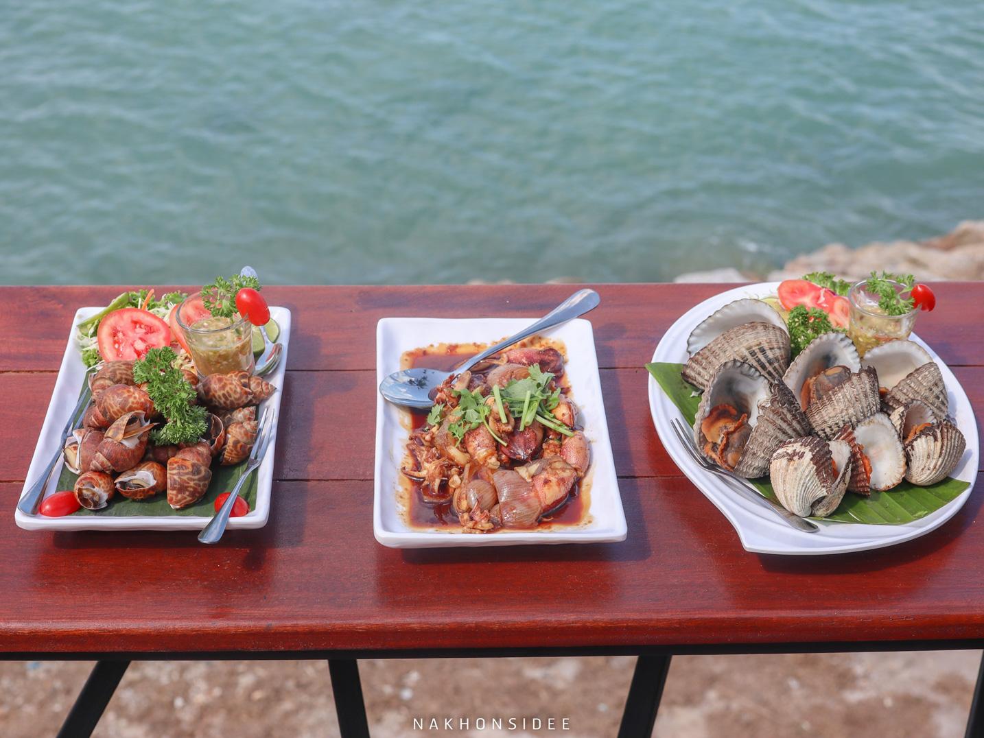 อาหารทะเลสดๆ อร่อยๆเหมือนเดิม รับประกันว่าสดชัวร์ เพราะกุ้งหอยตัวเป็นๆ อยู่ในตู้ให้เราไปเลือกได้เลย ฮ่าา ที่พัก,ขนอม,เปิดใหม่,อ่าวขนอม,รีสอร์ท,ซีฟู๊ด,อร่อย,หาดในเพลา
