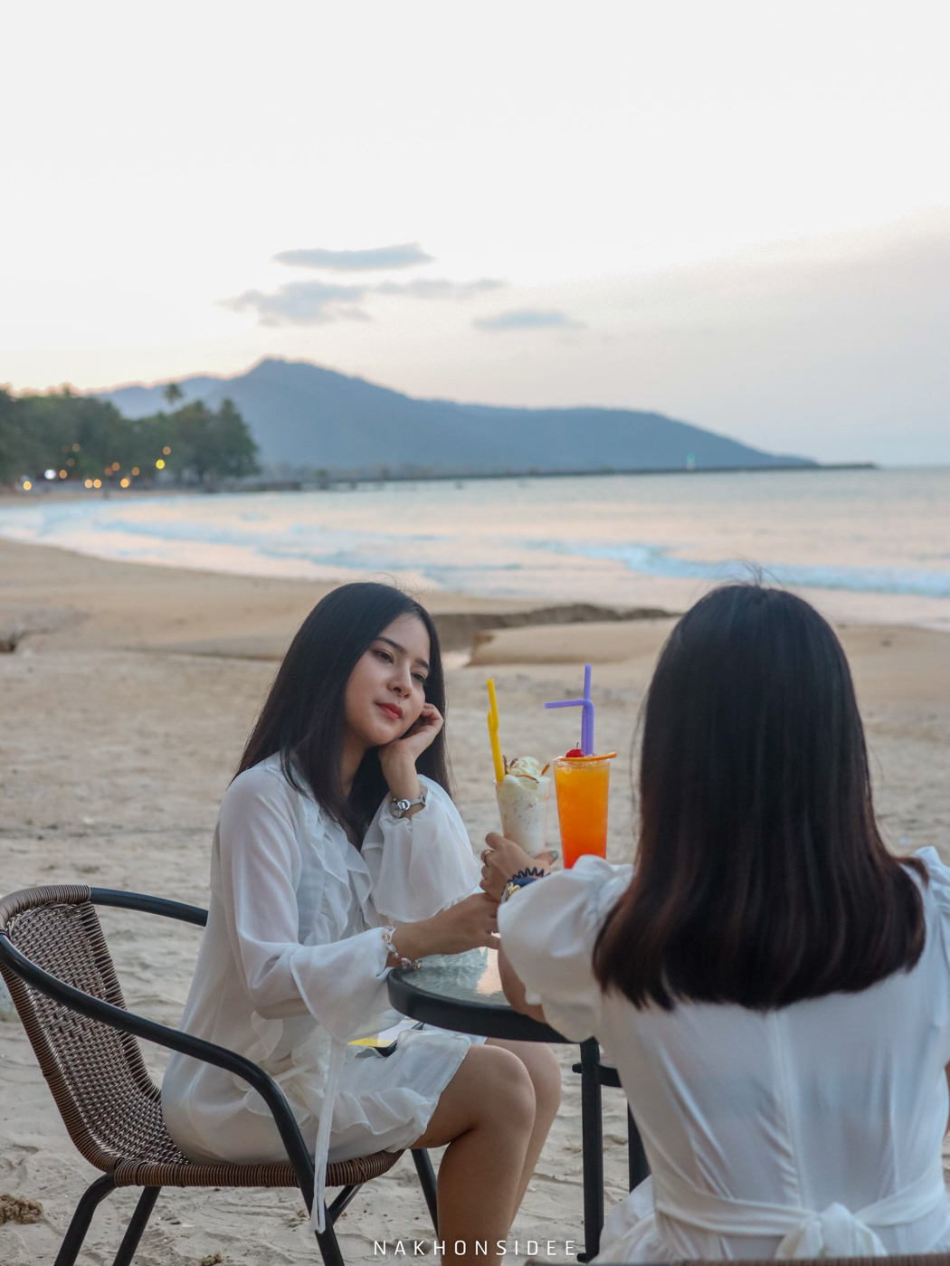 นั่งชิวๆ-กับเพื่อนรู้ใจหน้าหาด  อ่าวสิชล,ซีฟู๊ด,ของกิน,ร้านอาหารทะเล,ริมทะเล,สิชล