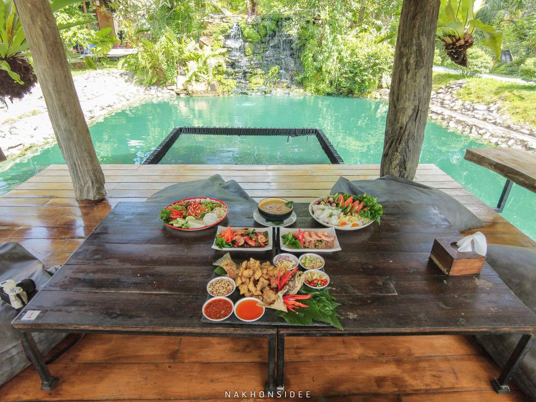 อันนี้คือโต๊ะโซนด้านหน้าที่แอดบอกครับ-ชิวสุดด  ไร่ธาราบดินทร์,ร้านอาหาร,คาเฟ่,กลางป่า,นครศรี,น้ำสีฟ้า,อร่อย